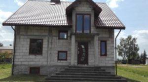 Б) Широкий дом одноэтажный нуждается в большем месте (а); несколько этажей можно ставить на меньшем участке, но придется бегать по лестнице (б).